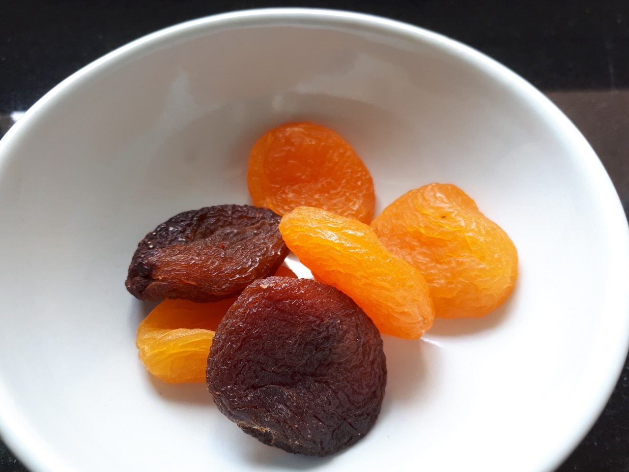 Naturally dried apricots versus apricots treated with sulphites to keep color orange